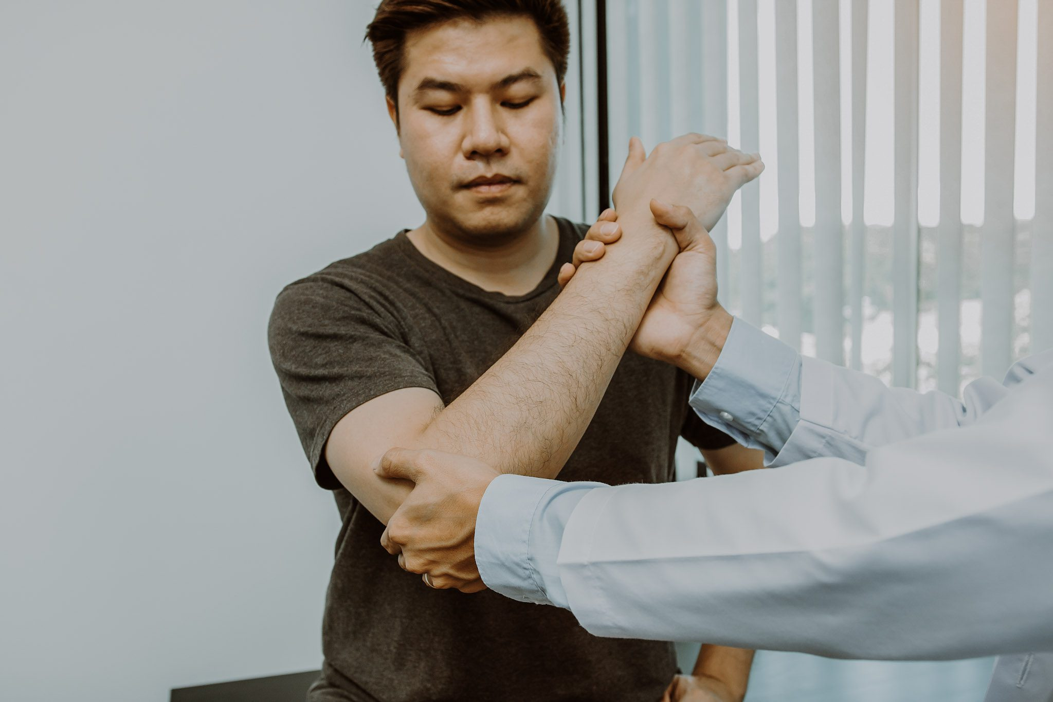 man with carpal tunnel with chiropractor
